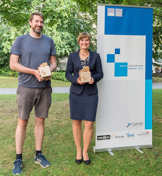 Thomas Hümmer und Sabrina Thomä mit dem Nano Innovation Award