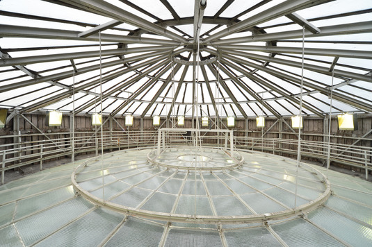 The double-walled glass framework must be renewed to prevent rainwater from seeping in. (Photo: Rolf Poss Photography)
