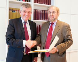 LMU's President Professor Bernd Huber and Dr. Paul Flather, Secretary-General of the Europaeum, sign LMU's declaration of accession to the network.