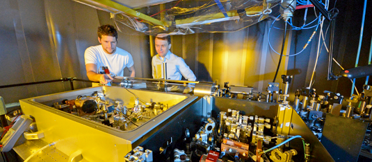 The new laser system developed at LMU emits ultrashort pulses of infrared light at a repetition rate of 100 million per second. These pulses can be used to detect trace molecules in gaseous and liquid media. Source: Thorsten Naeser
