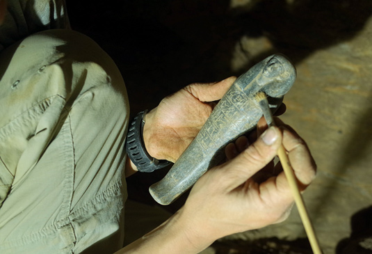 The stone shabti is inscribed with the name of the first occupant of the tomb – the master goldsmith Chnummose (Photo: Julia Budka).