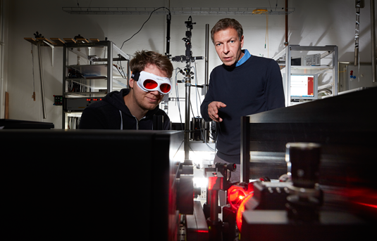 Tests of optically active nanomaterials: Alexander Högele (on the right) and his coworker Jonathan Förste in the Optical Spectroscopy Laboratory. Photo: Jan Greune / LMU