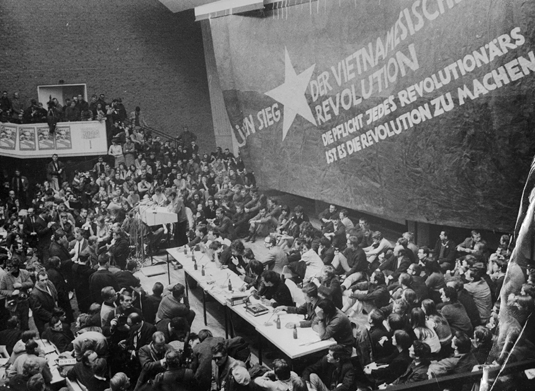 "Solidarität mit den ""marginalisierten Befreiungsbewegungen"", theorielastig: Studenten auf dem ""Vietnam-Kongress"", Technische Universität Berlin, Februar 1968. Foto: Bettmann/Kontributor/Getty Images"