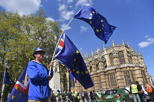 An anti-Brexit demonstrator waves a half Union and half EU flag outside the Parliament, London on May 1, 2018. (Source:picture-alliance / NurPhoto)
