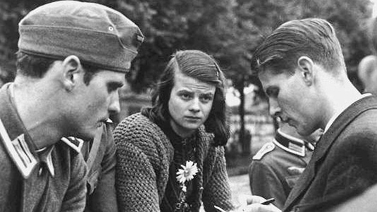 Members of the White Rose (from left to right): Hans Scholl, Sophie Scholl and Christoph Probst at the Munich East train station before leaving for the Eastern Front to fulfill compulsory service as student soldiers in the Wehrmacht medical corps. Source: George (Jürgen) Wittenstein / akg-images