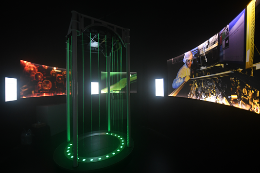 The laser harp shown here is one of the exhibition's highlights. The music is generated electronically when the player's movements interrupt the green light beams. Photo: LMU (Thorsten Naeser)