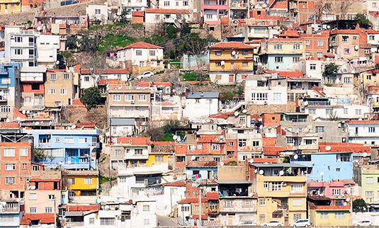 Virtually built over night: retroactively legalized buildings in the Turkish city Izmir. Photo: Nigar / adobestock.com